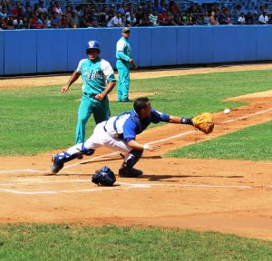 Una jugada forzada (Force play) - Industriales, the Havana home team, lost that day.